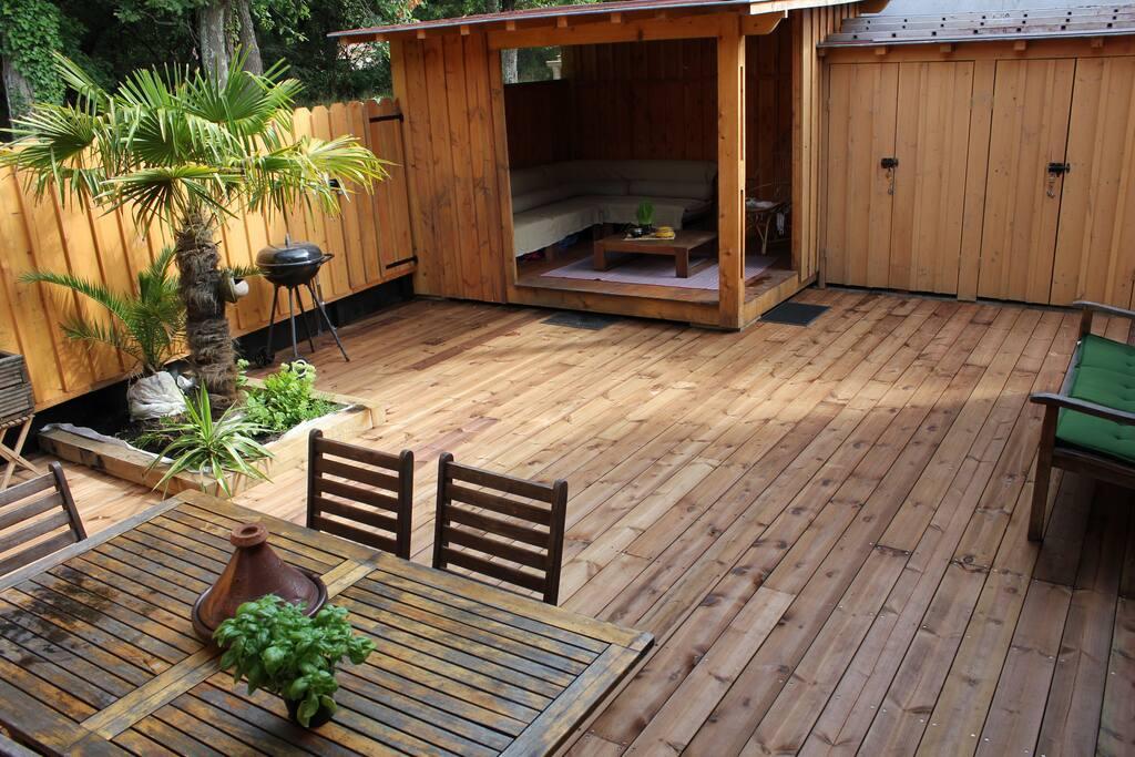 terrasse extérieure bois et salon couvert