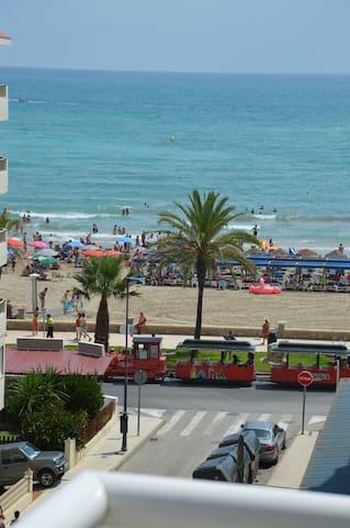 Apartamento céntrico en la playa con piscina.