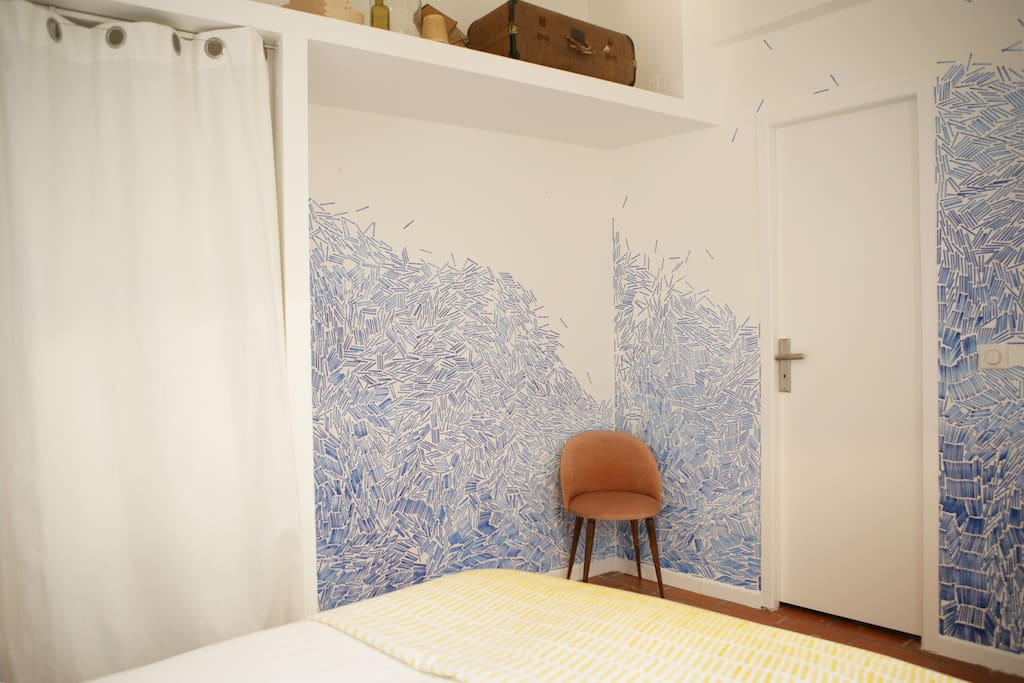 La chambre côté cours vue sur entrée salle d'eau