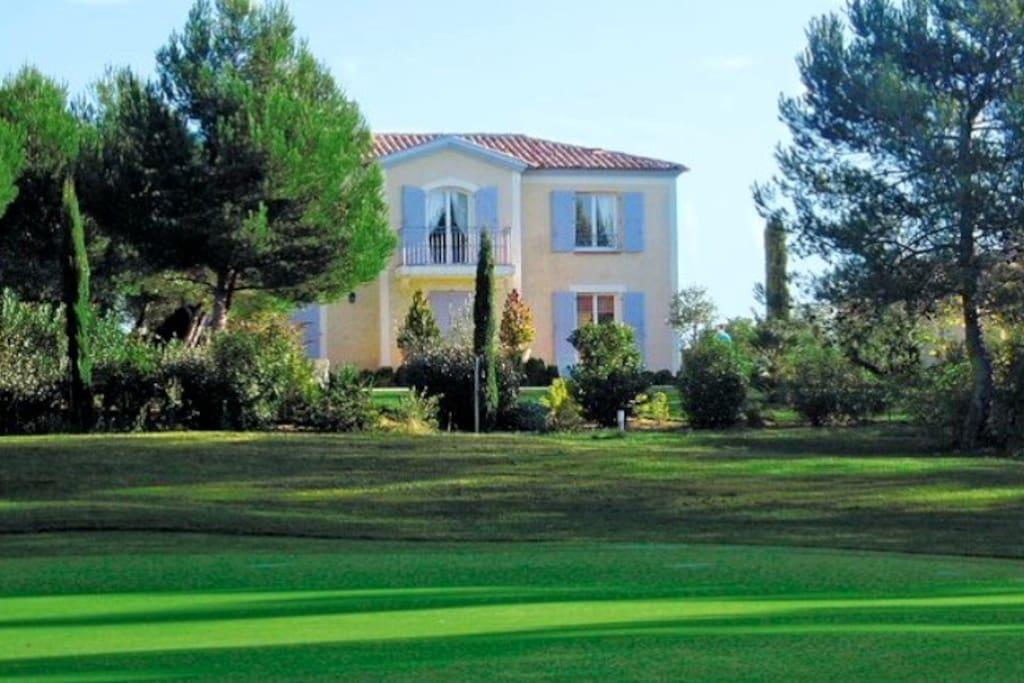 bastide grand confort sur le golf houses for rent in mallemort provence alpes c te d 39 azur. Black Bedroom Furniture Sets. Home Design Ideas