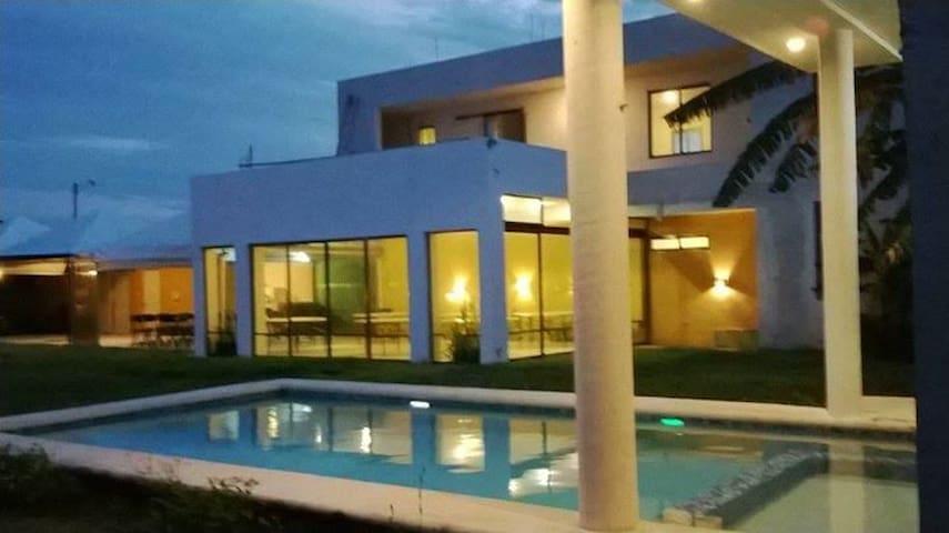 cuarto con piscina 2