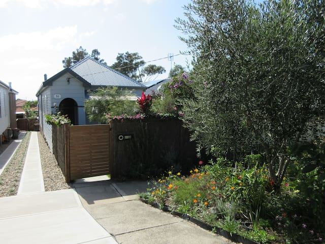 Beach cottage 10 mins Merewether beach 2 bedrooms. - Merewether - House