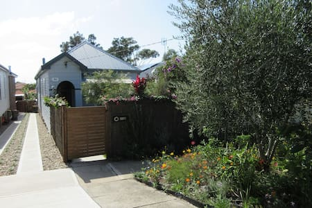 Beach cottage 10 mins Merewether beach 2 bedrooms. - Merewether - Hus