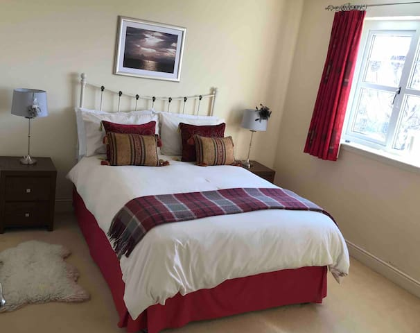 Bright spacious double room in quiet family home