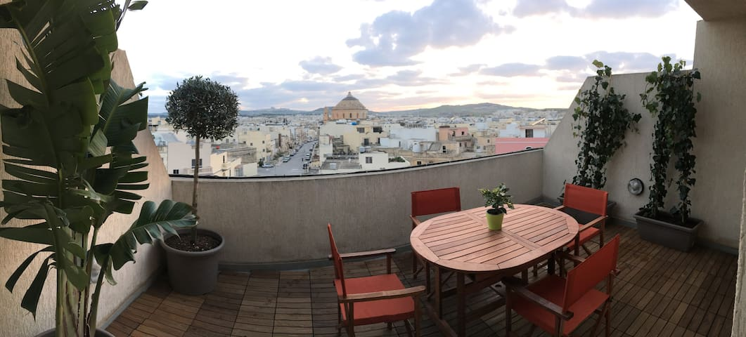 Penthouse with large terrace and fantastic views! - Mosta - Apartamento