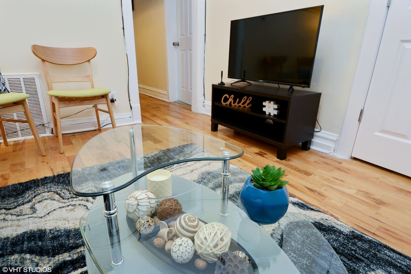 Enjoy Chicago local channels - Living room