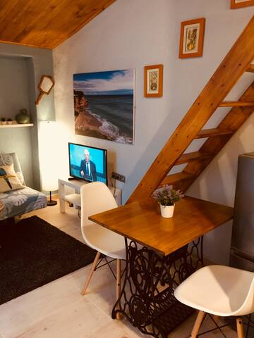 Salón comedor con escalera para acceder al dormitorio