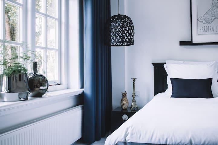 Rustgevende B&B in Harderwijk met luxe badkamer.