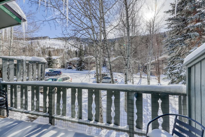 Modern, family-friendly  mountain townhouse with balcony and views of Gore Range