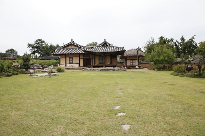 The Jisan house - sang room