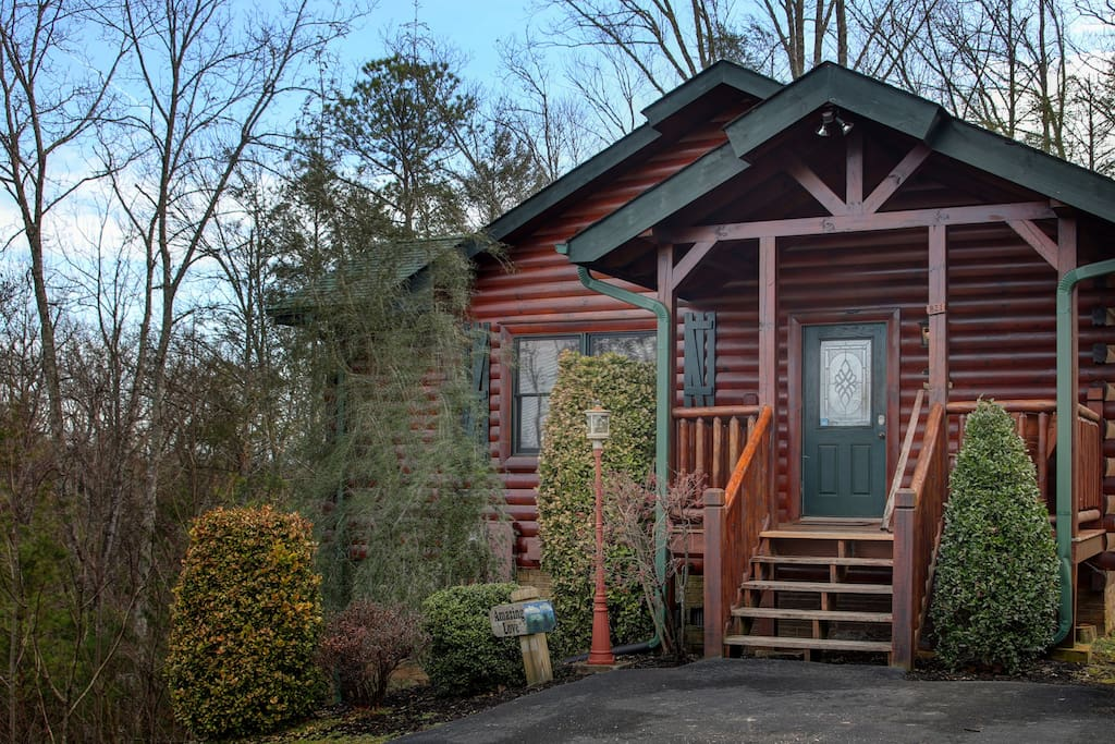 """Welcome to Paradise Found Vacations, LLC - """"Amazing Love"""" 1 Bedroom/1 Bath Cabin (sleeps four) with level parking in the PERFECT/Private location in the Hemlock Hills Resort, Gatlinburg, TN"""