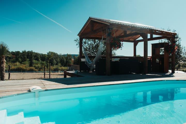 Gite  piscine et jacuzzi privé entouré d animaux