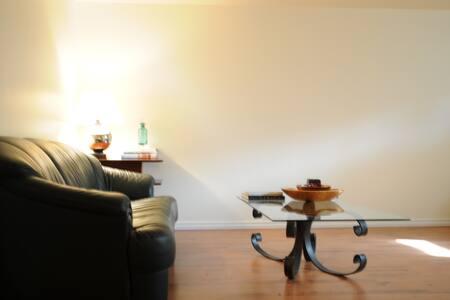 Beautiful quiet duplex level suite, Great location - Calgary - Talo