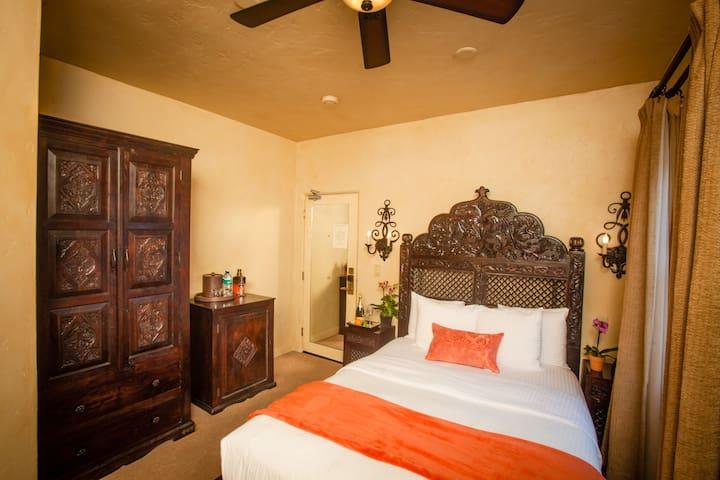 Spanish Queen - La Casa del Camino Hotel