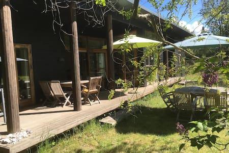 Unikt arkitekttegnet sommerhus med sjæl og stil