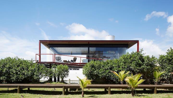 Casa de vidro frente para o Mar
