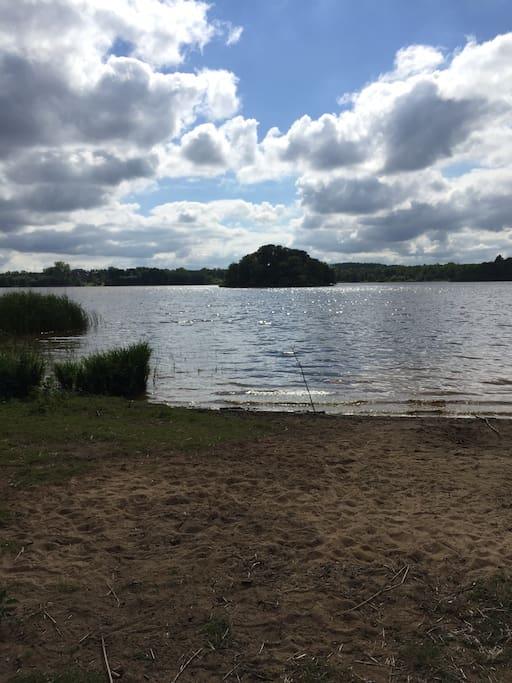 Kvesarumssjön med möjlighet till bad och fiske