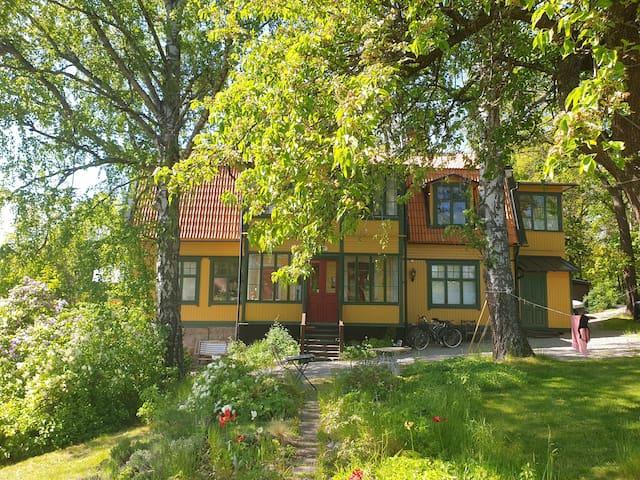 Exclusive apartment in 19c villa close to city