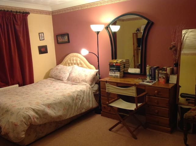 Spacious room in friendly house - Ampthill - House