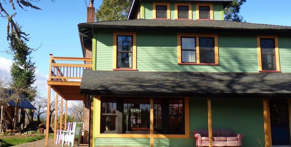 Diane's urban farm retreat, Jacey's - Corvallis