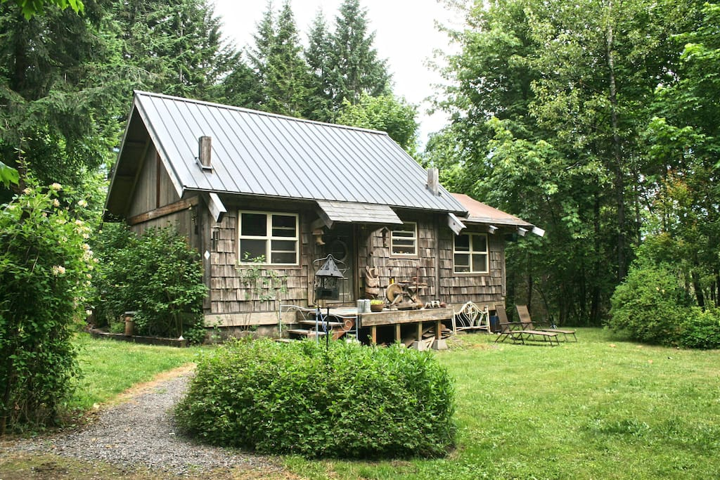 Cowboy Cabin provides sleeping for up to 6 in the party a this rustic, post and beam dwelling. Enjoy a rootin' tootin' good time with a private bedroom with king bed and upstairs sleeping loft with 2 x full beds.  Open beam vaulted ceiling and hardwood fl