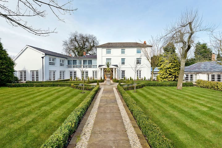Luxury Birmingham Airport NEC 10 bed Villa