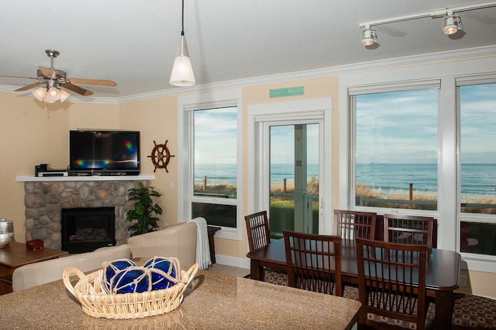 Oceanfront Condo w/ Private Hot Tub - Lincoln City - Apartment