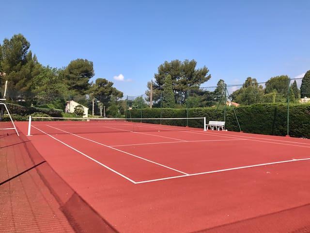 Grand terrain de tennis à disposition en permanence ( une petite et une grande raquette avec des balles, fournies )