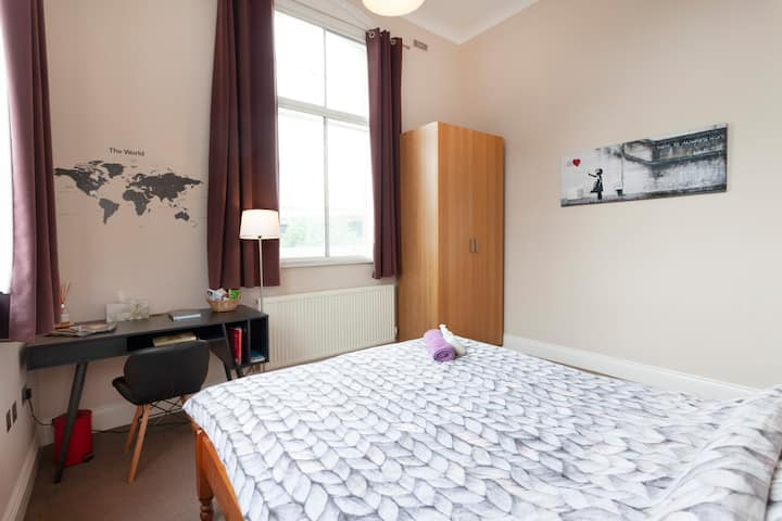 ⚡⭐Spacious BR Near Train Station - 5 Minute Walk⚡⭐
