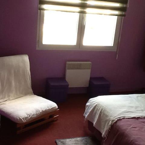 Chambre avec draps fournis pouvant accueillir un couple avec un enfant.