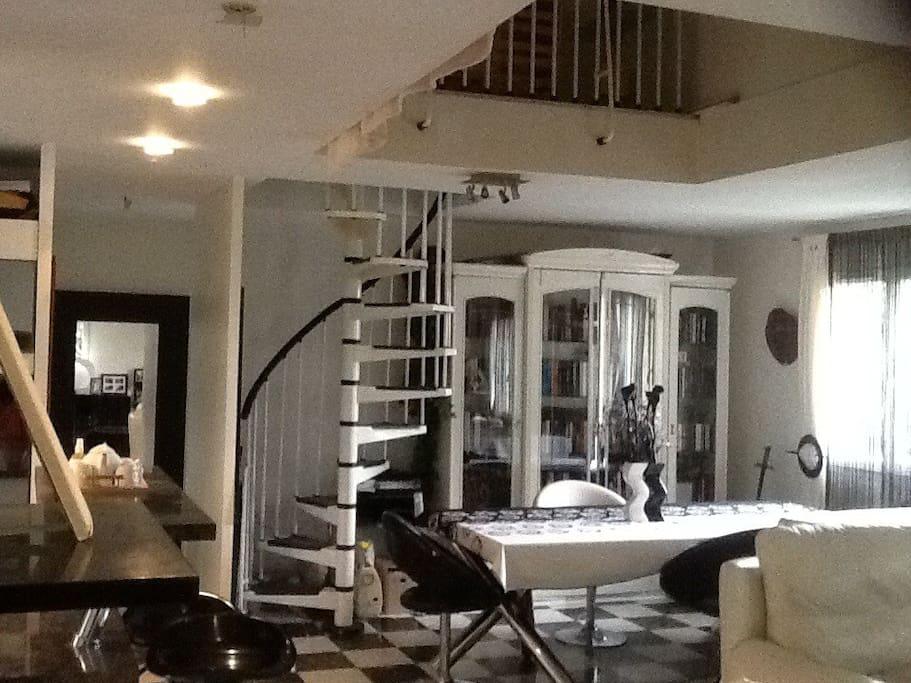 L'escalier en colimaçon  pour accéder à l'étage