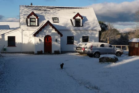 White cottage, cosy and bright :) - Kenmare - Cabin