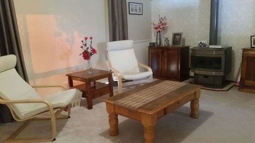 Comfy private  room close to the airport and City