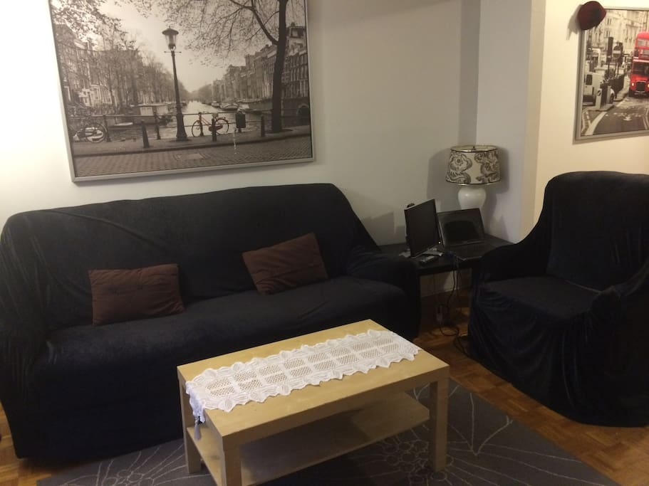 Salon avec grande télé, smart TV
