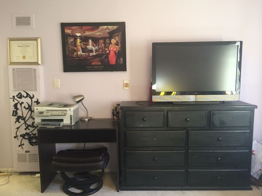 Tv with HDMI cord, desk and wifi