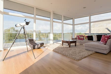 Contemporary Lakeside Lodge - Somerford Keynes - Hus