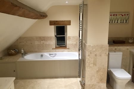Farmhouse - Double bedroom with Luxury bathroom - Sandhurst