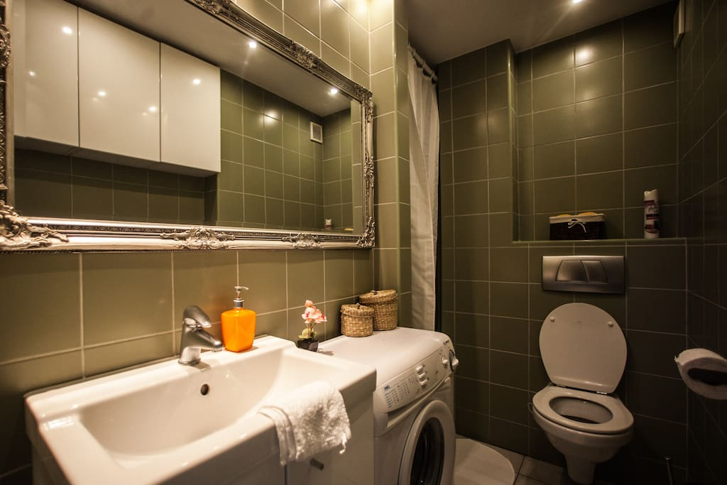 Comfortable, fully equipped bathroom.