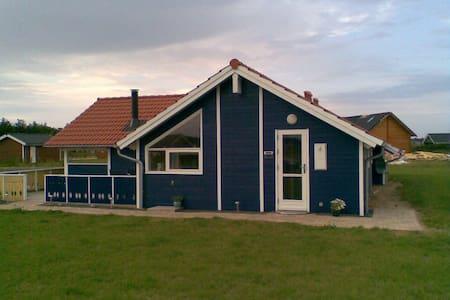 Sommerhus nær Bork Havn. Husdyr ok. Sauna og spa. - Mökki