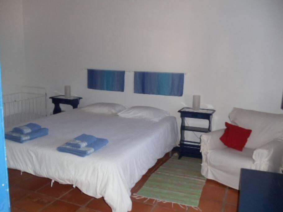 T2 - 2 quartos - um com cama de casal e o outro com 2 camas.T 2 - 2 quartos, 2 casas de banho, uma sala grande, cozinha e terraço vista jardim