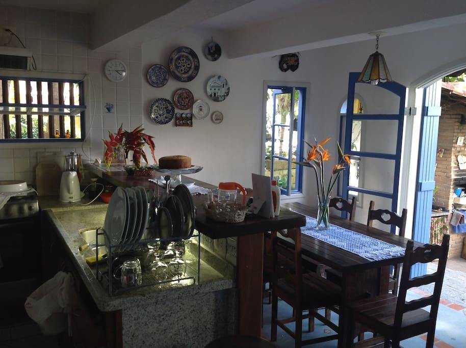 Cozinha ampla e mesa para 6 pessoas.