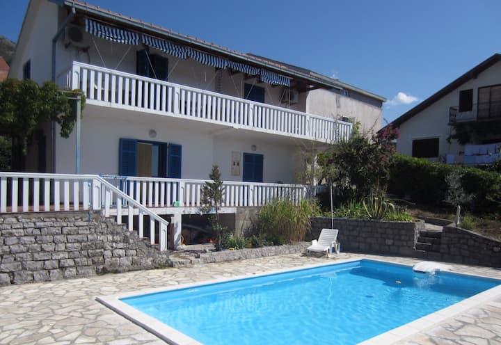 Whole house sleeps 8 to 10 + pool