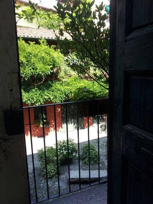 Una vista della corte/a view of the outside court