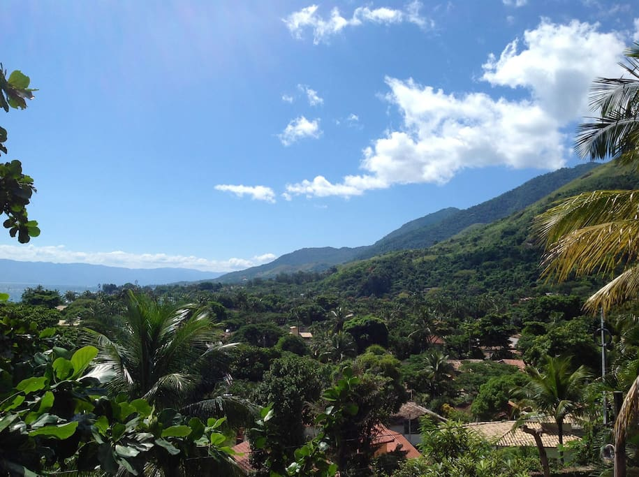 Vista da varanda para as serras da Mata Atlântica e o mar.