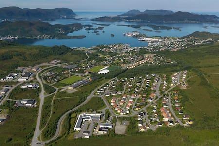 Stor ny bolig i hjertet av Sunnmøre - Ulsteinvik - Ház