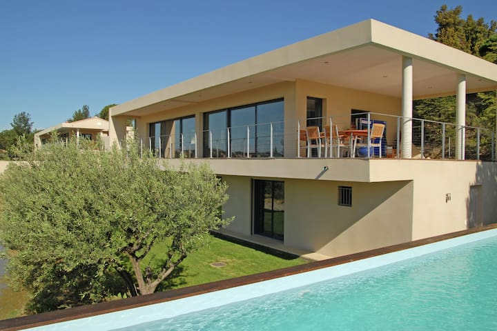 Exclusive tasteful villa in a great location near lively and historic Avignon.