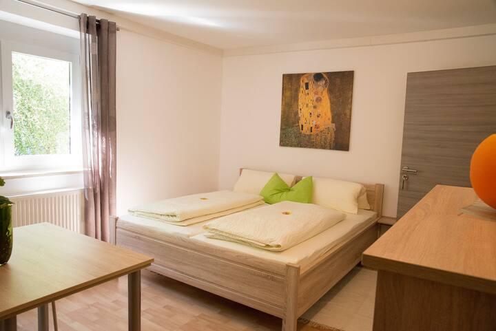 Pension Jederzeit (Wallersdorf), Doppelzimmer mit Gartenblick und gemütlicher Ausstattung