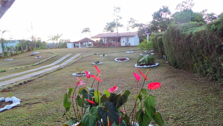 Acojedora casa de campo rodeada de naturaleza