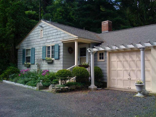 Guest Cottage on Country Estate - Watertown - House