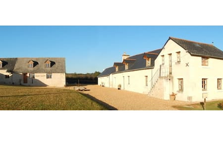 Farmhouse and barn in rural setting - Broc - 一軒家